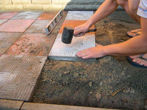 Как выложить дорожку с тротуарную плитку своими руками