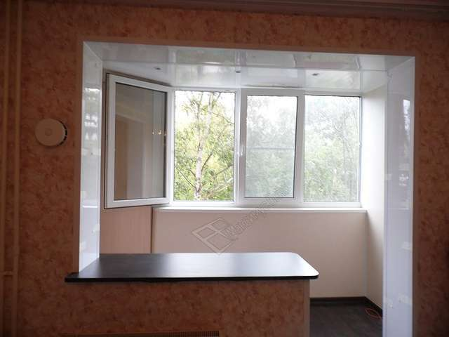 Окно между кухней и лоджией