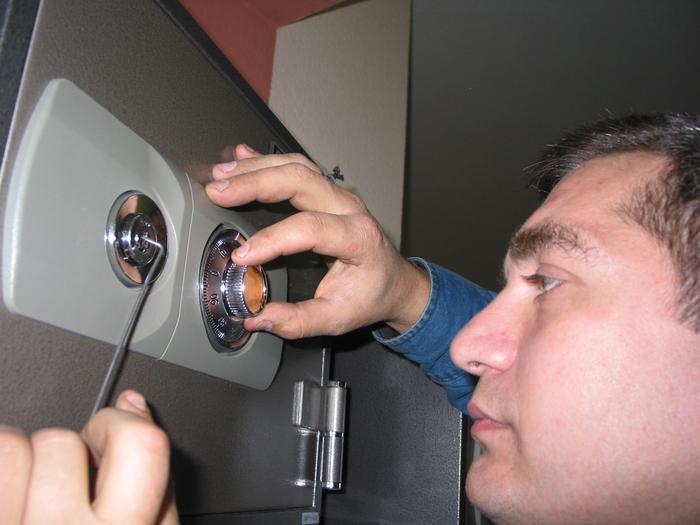 Как вскрыть сейф без ключа